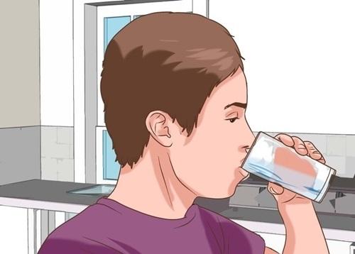 Uống nước đầy đủ khi bị sốt xuất huyết sẽ giúp cải thiện lượng tiểu cầu